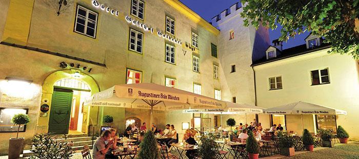 Goldenerengl Gastgarten Abend2